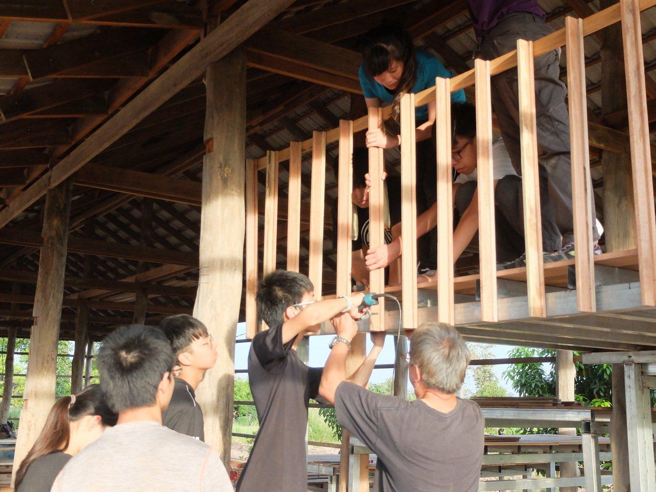 交大生暑期赴柬埔寨與印度蓋房。圖/交大提供