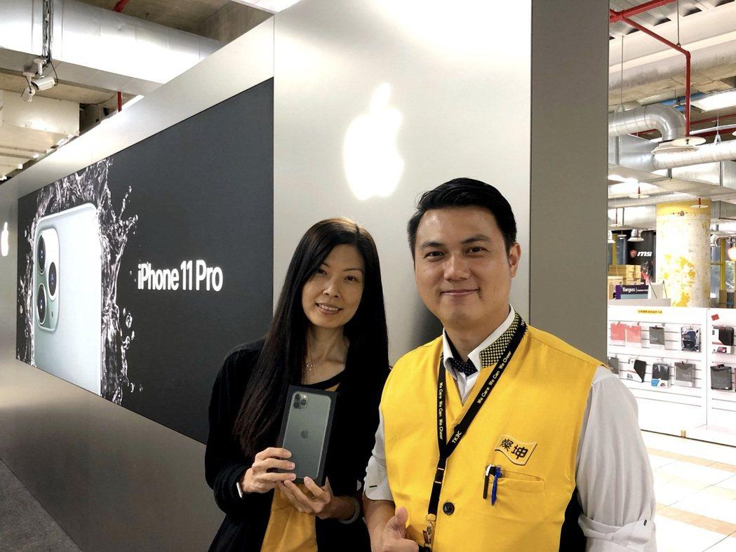 于小姐(左)自昨晚就到燦坤內湖旗艦店排隊,搶頭香購得iPhone Pro Max...