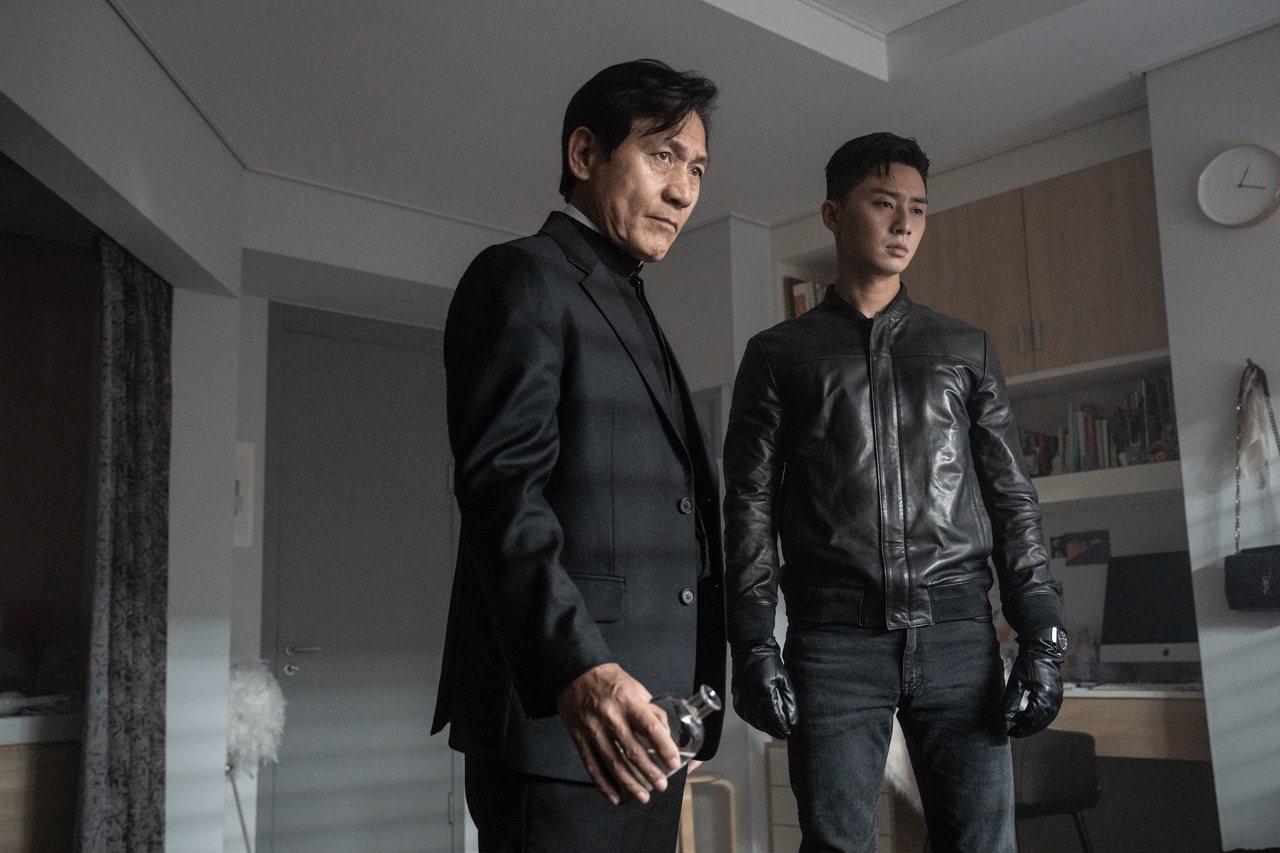 男星朴敘俊(右)在電影「驅魔使者」中配戴HUBLOT的經典計時碼表,與安聖基到處...