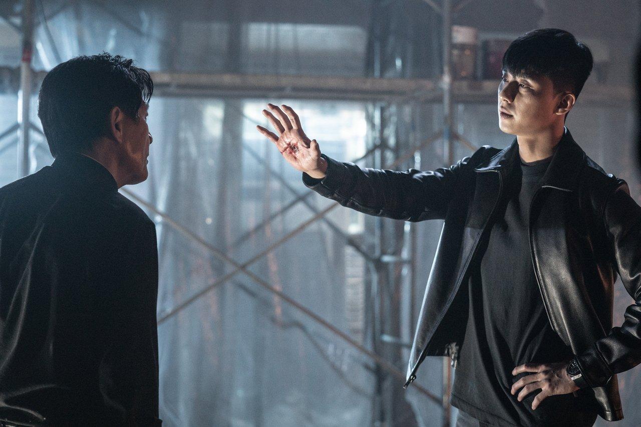 男星朴敘俊(右)在電影「驅魔使者」中分別配戴HUBLOT的經典計時碼表。圖/Ga...
