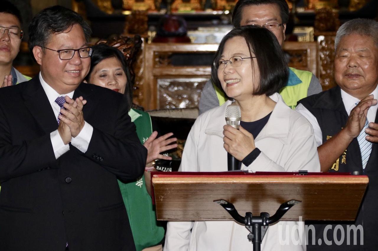 蔡英文總統(右)叮囑桃園市長鄭文燦該減肥了。記者曾健祐/攝影