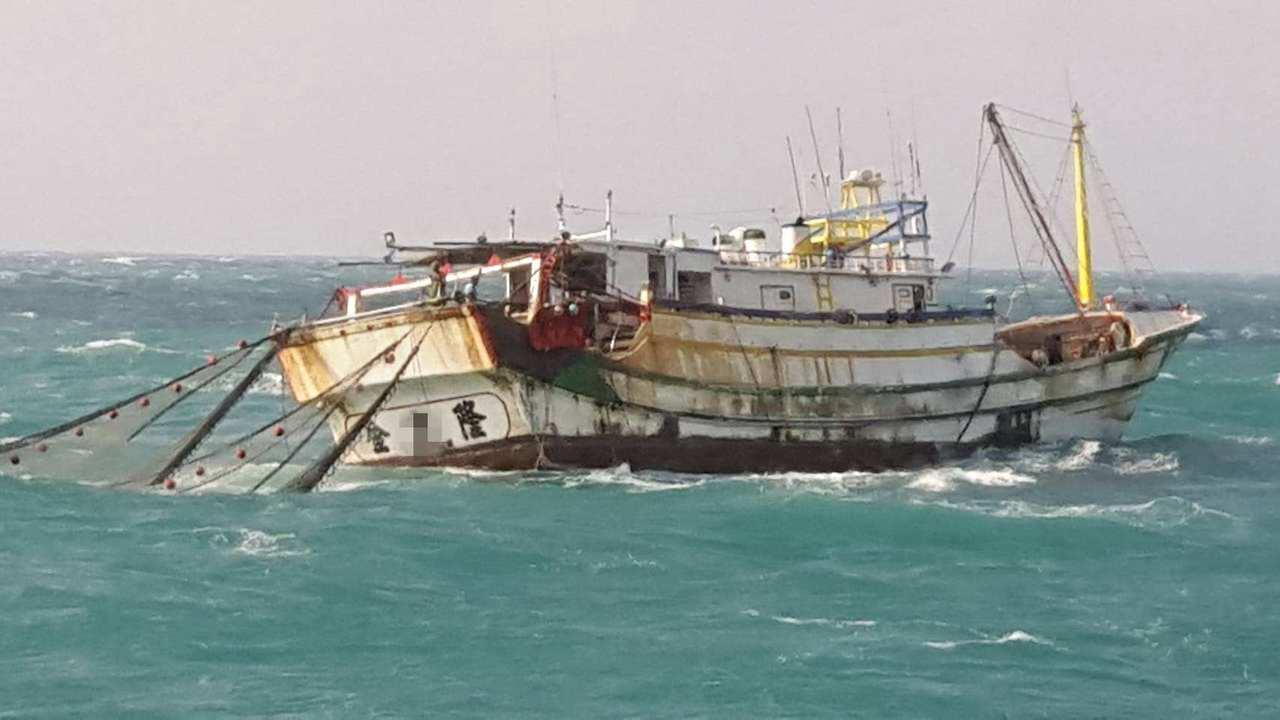 台南海巡隊據報後派遣巡防艇抵達七股外3.6浬處發現一漁船違規進入距岸12浬內拖網...