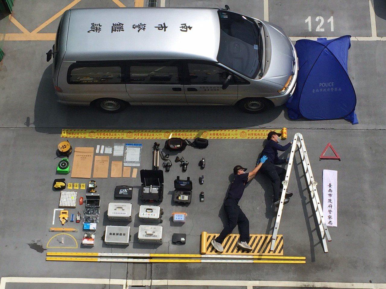 台南市警局鑑識組「真人開箱文」,其中有亮點。記者吳淑玲/翻攝
