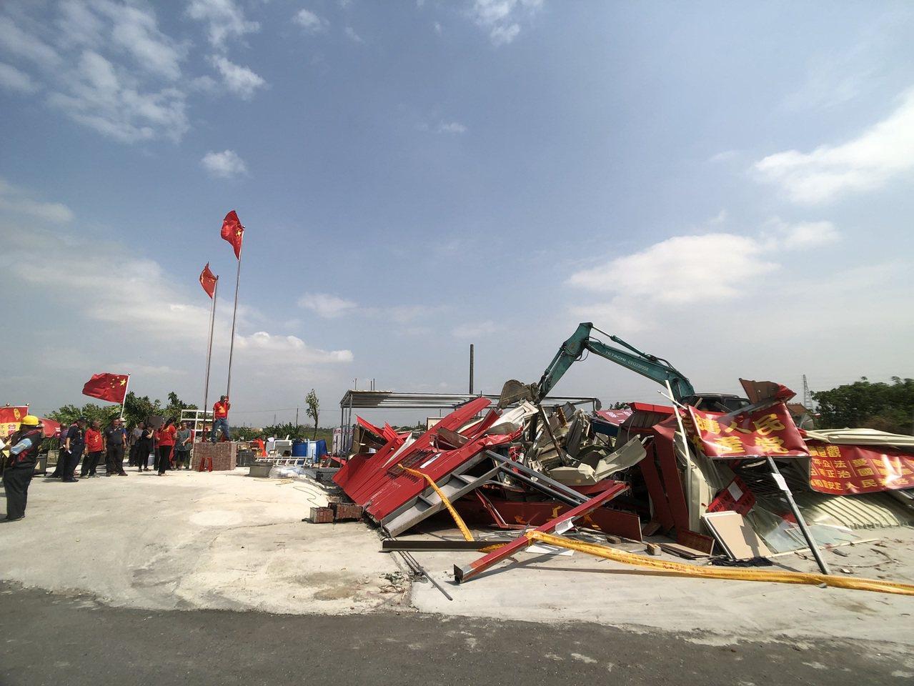 台南新營區「共產天后宮」,經市府認定為違章建築,今天執行拆除。圖/市府工務局提供