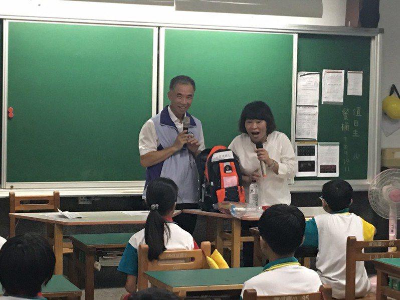 921大地震屆滿20週年,嘉義市長黃敏惠(右一)今天到宣信國小參加「地震避難演練」活動。圖/嘉義市消防局提供