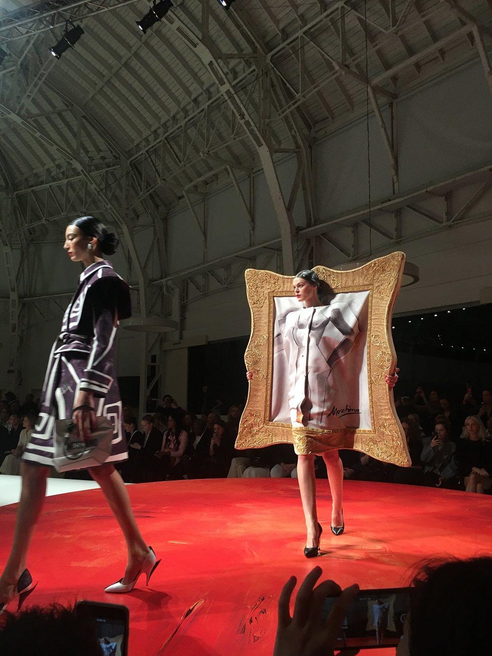 Moschino 2020春夏系列以「藝術」為靈感來源,在平面與立體之間、幻想和...
