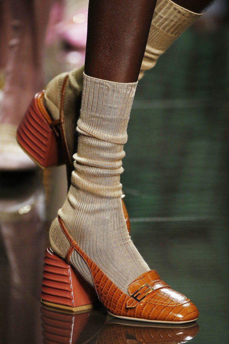 露跟高跟樂福鞋和露指花朵圖案涼鞋等,則是以方正鞋頭和簡約的FF金屬扣裝飾展現不過...