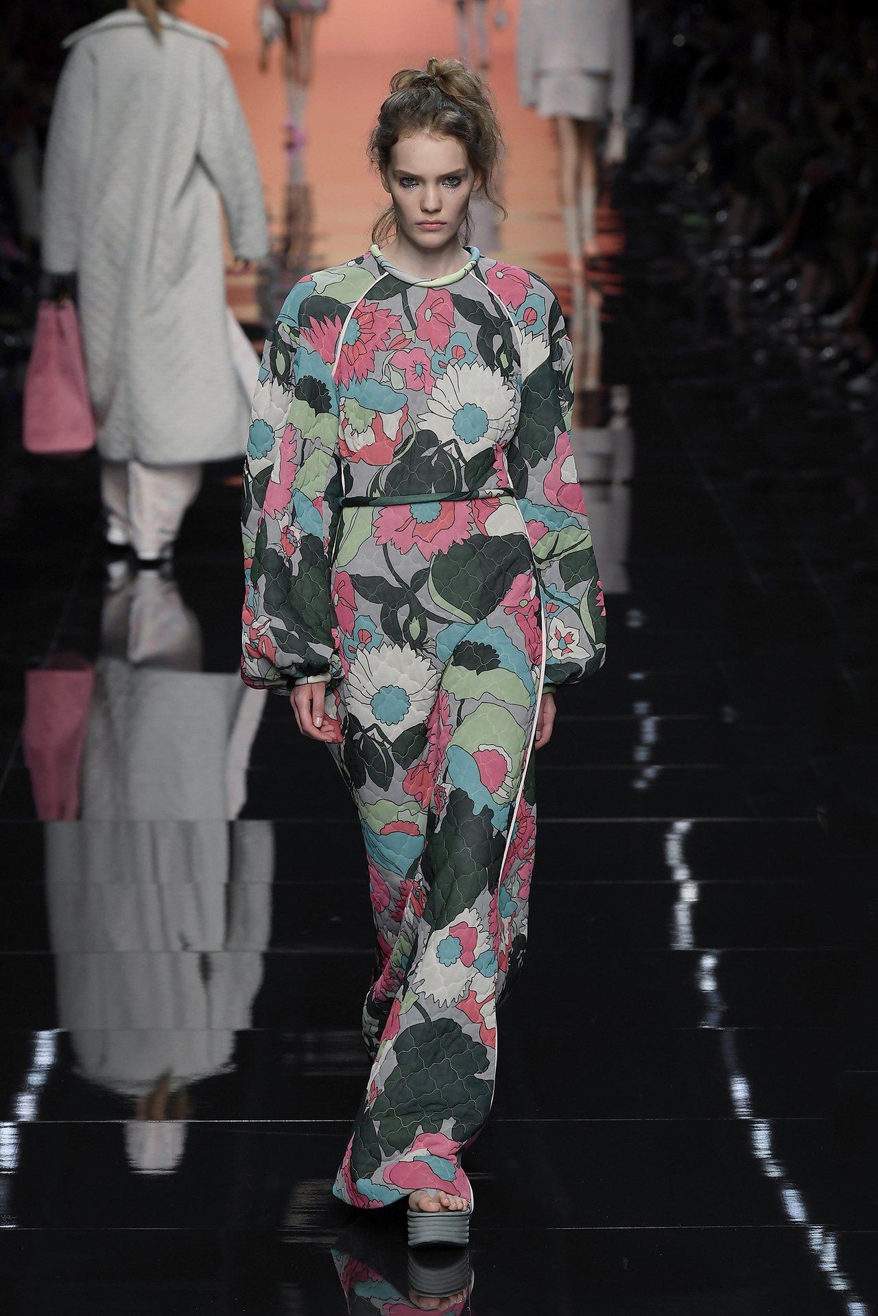 印有多彩天人菊與樹葉的外套、襪子和洋裝,則是帶來俏皮天真的童話風格,像是出外踏青...