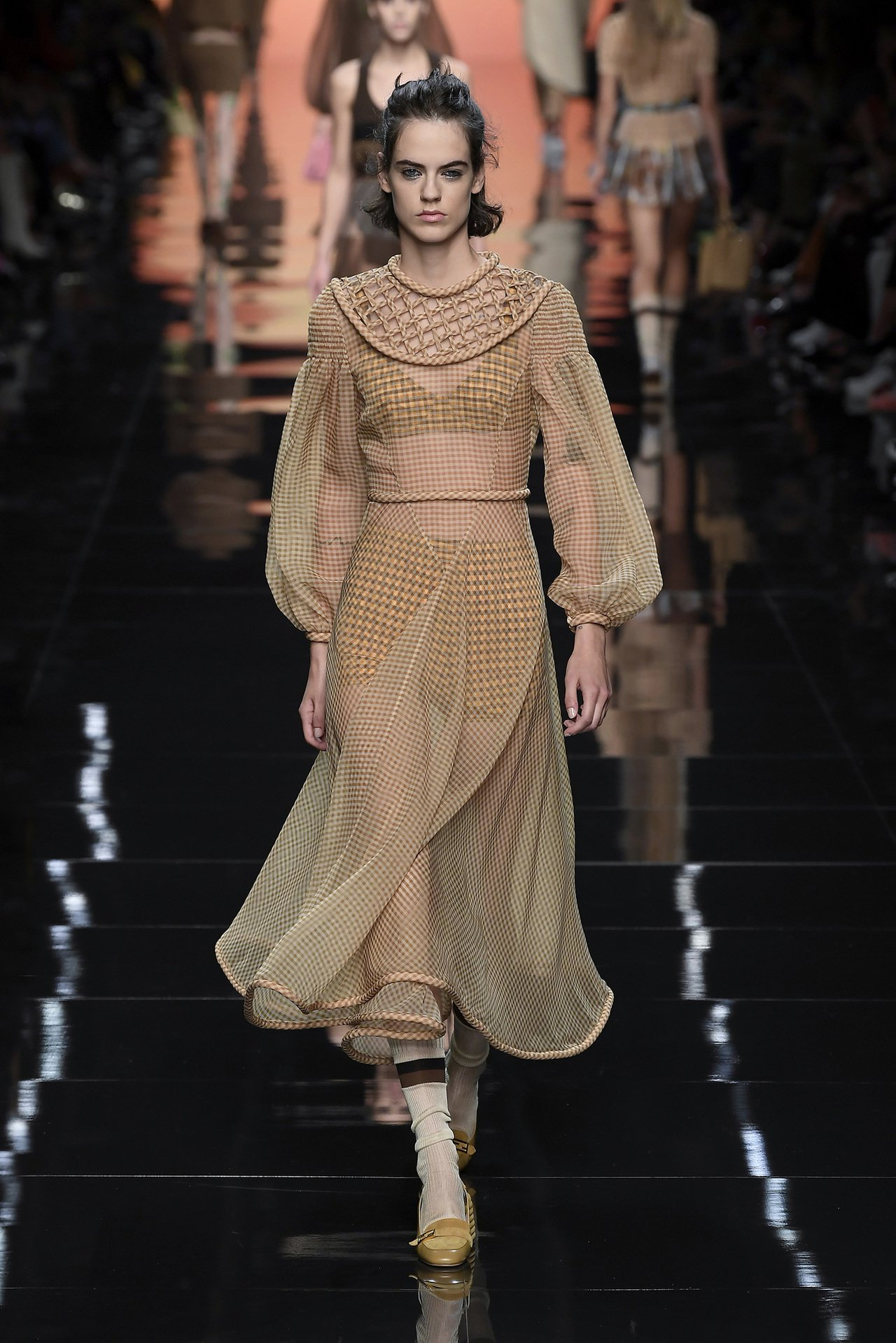 清透的紗質布料是FENDI近來熱愛的混搭元素之一。圖/FENDI提供