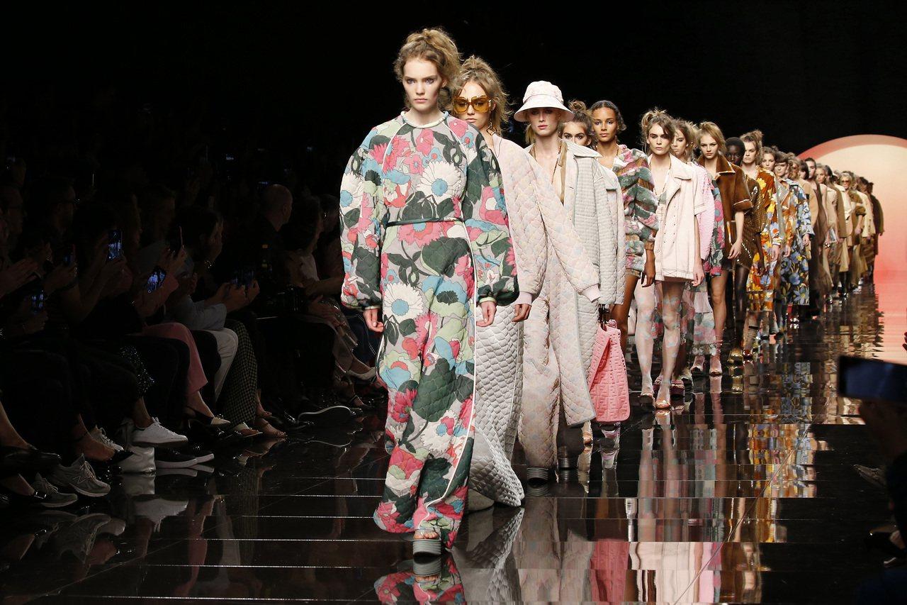 淡粉紅色、蜜金色和山核桃色為FENDI 2020春夏系列主要色調。圖/FENDI...
