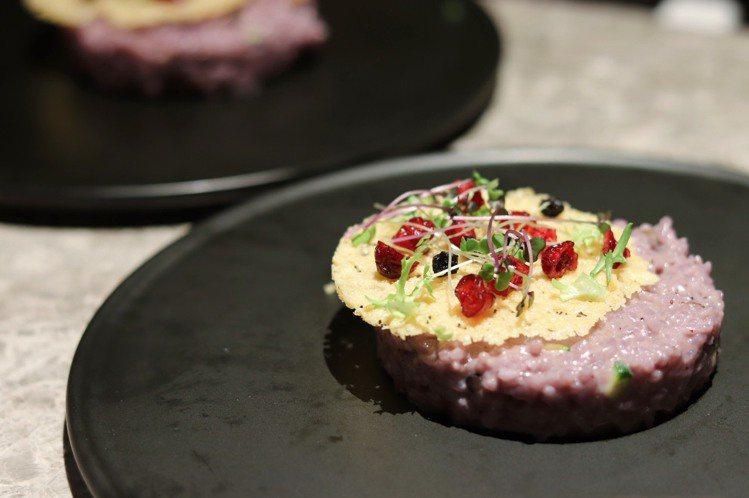 淡紫色「加拿大野藍莓起司燉飯」兼顧視、味覺雙重享受。記者徐力剛/攝影