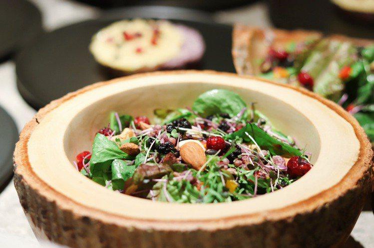 「藍莓油醋沙拉」加入野生藍莓製作,口感清爽無負擔。記者徐力剛/攝影
