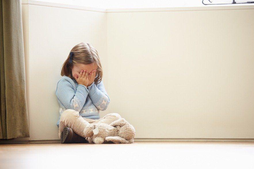 一名狼父與妻子離婚後,竟把念幼稚園大班、中班的2名女兒當洩物工具,10年來性侵得逞逾千次。示意圖/Ingimage