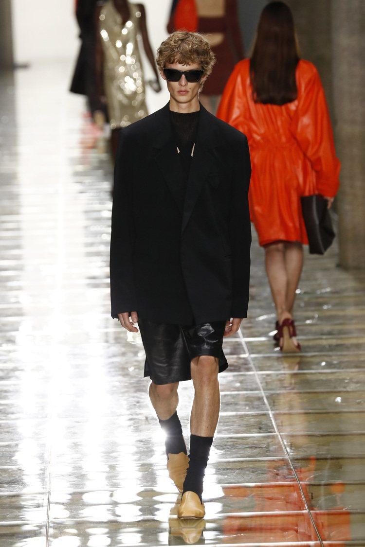 Bottega Veneta全新一季專注於探索比例、中和張力的柔和結構以並體現全...