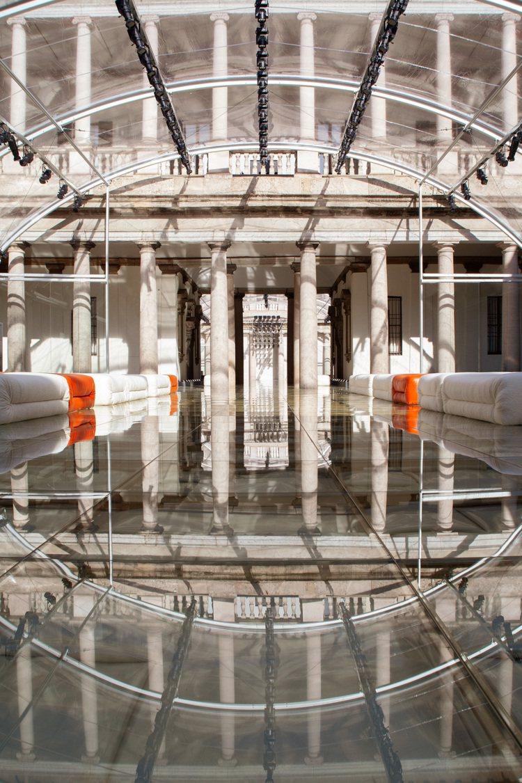 Bottega Veneta 2020春季系列時裝秀延續上一季慣例用透明帷幕打造...