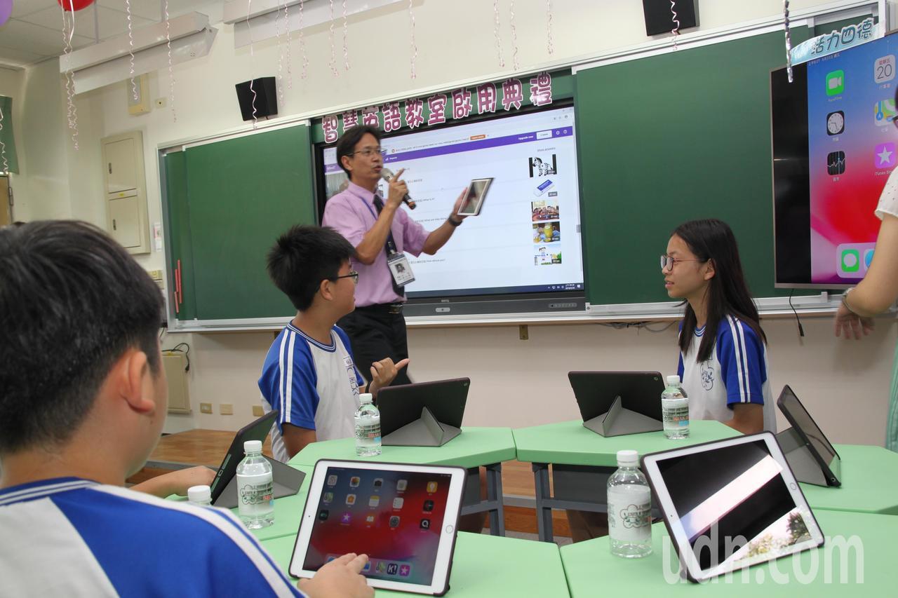 台中市霧峰區的四德國小小朋友今天首次在「智慧英語教室」體驗用平板電腦做答。記者黃...