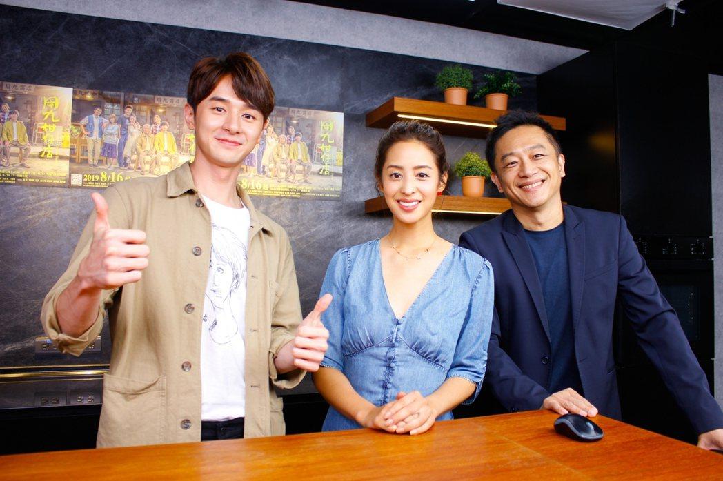 張軒睿(左起)和莫允雯上陳昭榮的直播節目「阿榮嚴選」接受訪問  圖/三立提供