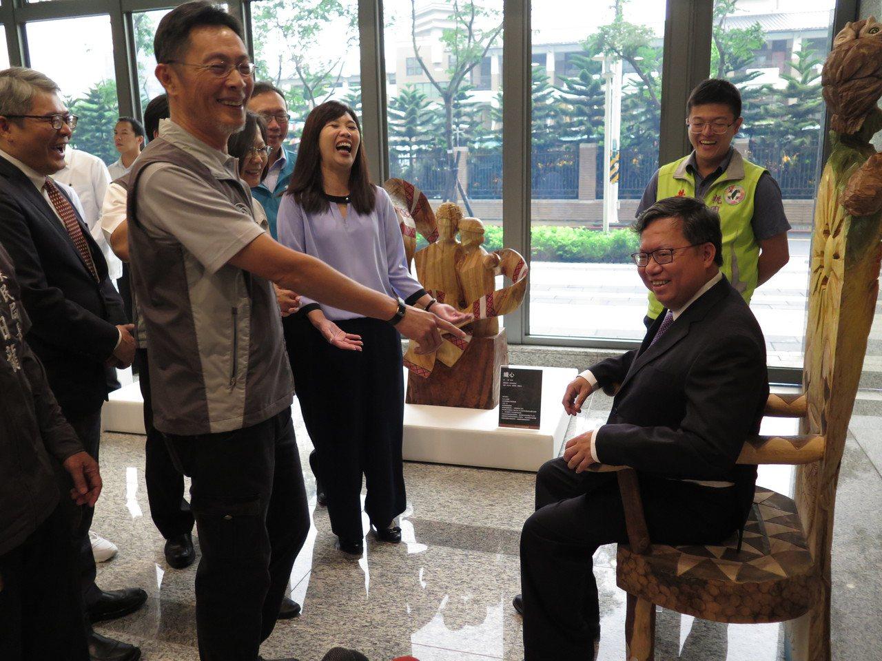 市長鄭文燦坐在一樓木椅說,要每周公布體重。記者張裕珍/攝影