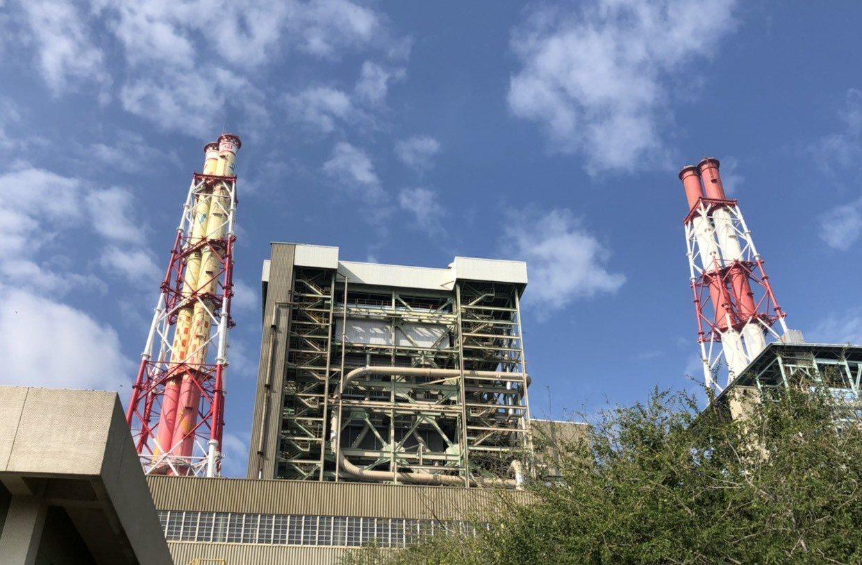 高雄市環保局透過許可核發方式,要求興達電廠4部燃煤機組,必須從秋冬10月起六個月...