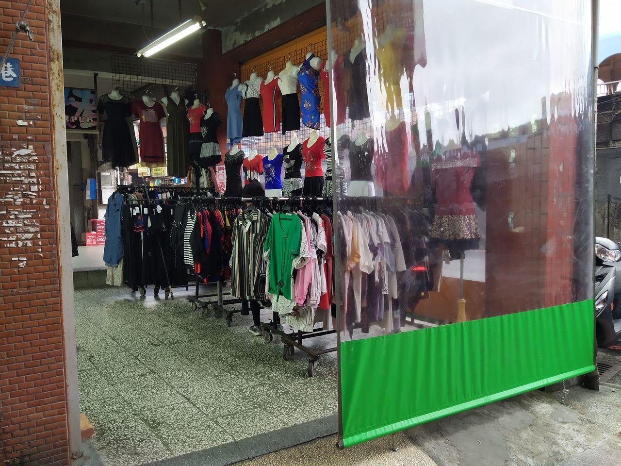 基隆市孝四路一家服飾店掛在騎樓的塑膠透明帆布,接連被人持刀割破6次,因為嫌犯隨手...