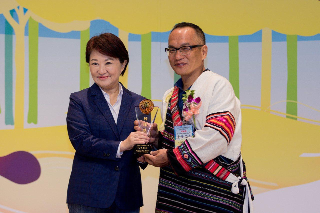 台中市和平區博屋瑪國小校長比令亞布(右)在多年努力下,成功推動博屋瑪成為全國第一...