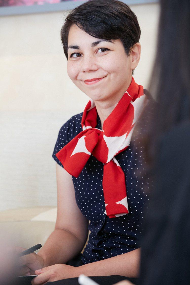 Mayumi Otero以紅色領巾帶來穿搭上的亮眼點綴,洋溢法式的優雅風格。圖/...