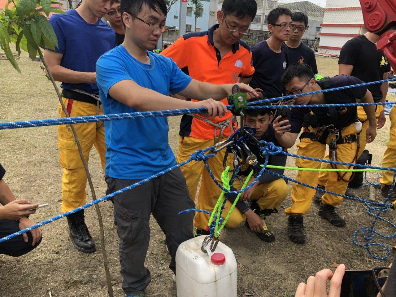 台南市消防局希望藉由教育訓練充分發揮繩索裝備器材功能,讓同仁能夠運用所學,克服救...