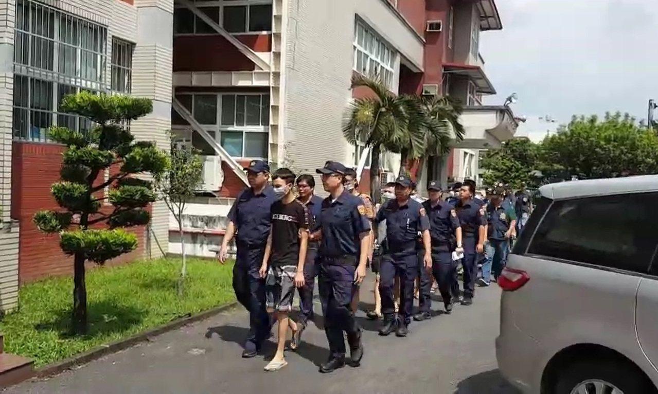 遏止直播衍生暴力亂象,屏東檢警今天再度查緝17人到案。記者翁禎霞/翻攝
