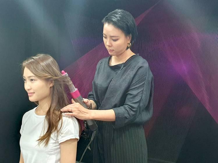 指定時段還有專業造型師現場展示秋冬髮型潮流與整髮技巧。記者黃筱晴/攝影