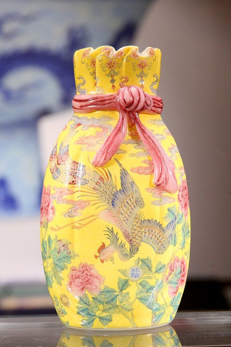 「清乾隆料胎黃地畫琺瑯鳳舞牡丹包袱瓶」,預計成交價8億元。記者林澔一/攝影