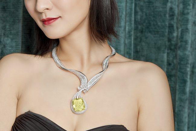 胡茵菲(ANNA HU)設計的「敦煌琵琶」項鍊鑲有100.02克拉濃彩黃鑽,淨度...