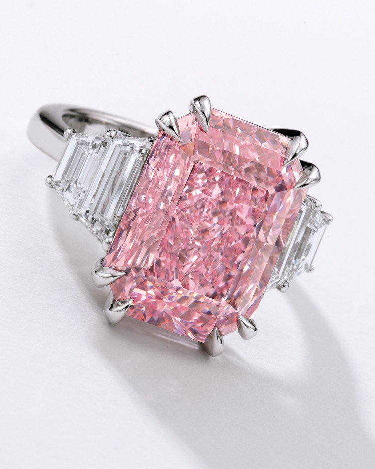 10.64克拉豔彩紫粉紅色內部無瑕鑽戒,拍價預估有6億起跳的行情。圖/蘇富比提供