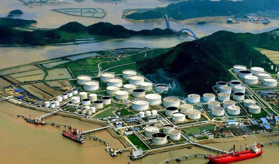 大陸的戰備石油儲備正在提升,圖為舟山岸邊的石油槽。(浙江電視台)