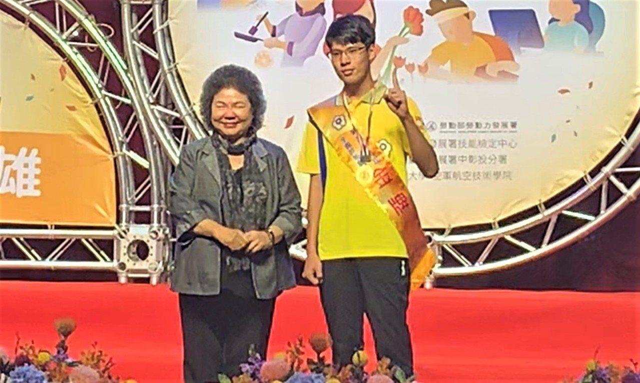 蘇柏豪(右)奪模具金牌,總統府祕書長陳菊頒獎表揚。圖/雲嘉南分署提供