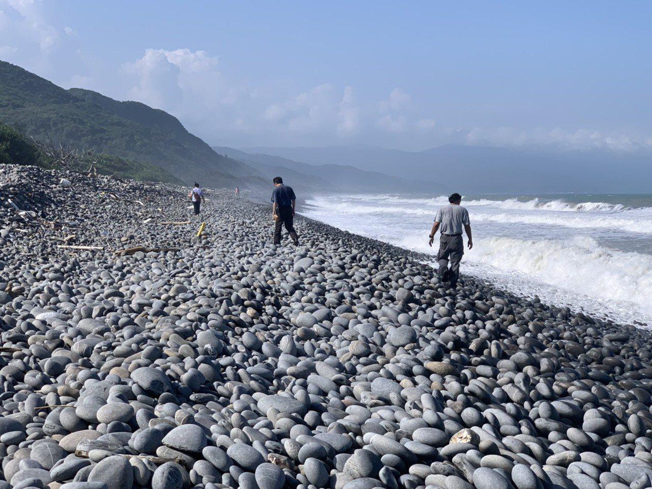 有遊客今天中午在台東縣達仁鄉南田海邊撿奇石時,在石灘上發現散落不明的白色包裝物,...