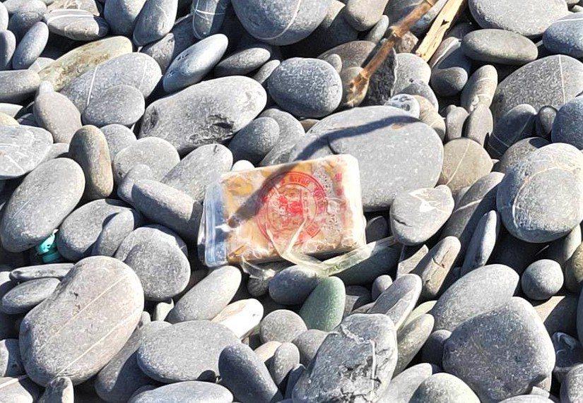 有遊客今天中午在台東縣達仁鄉南田海邊撿奇石時,在石灘上發現散落不明的白色包裝物。...