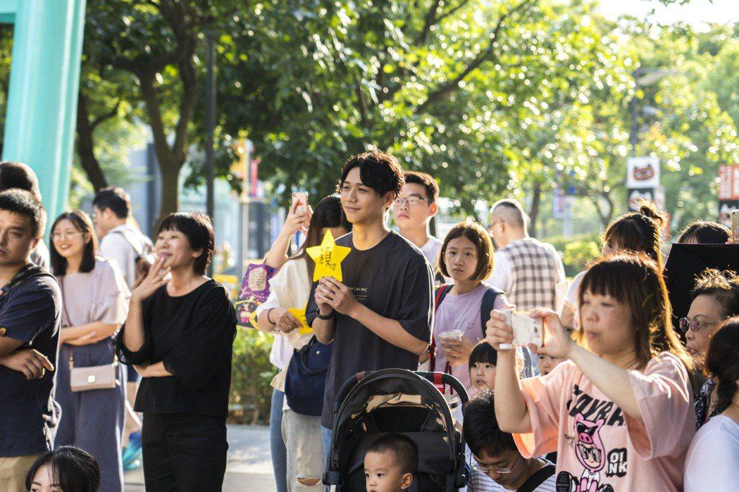 蔡旻佑「一日駐唱」解鎖!攜手街頭藝術者李科穎吸人潮。圖/何樂音樂提供