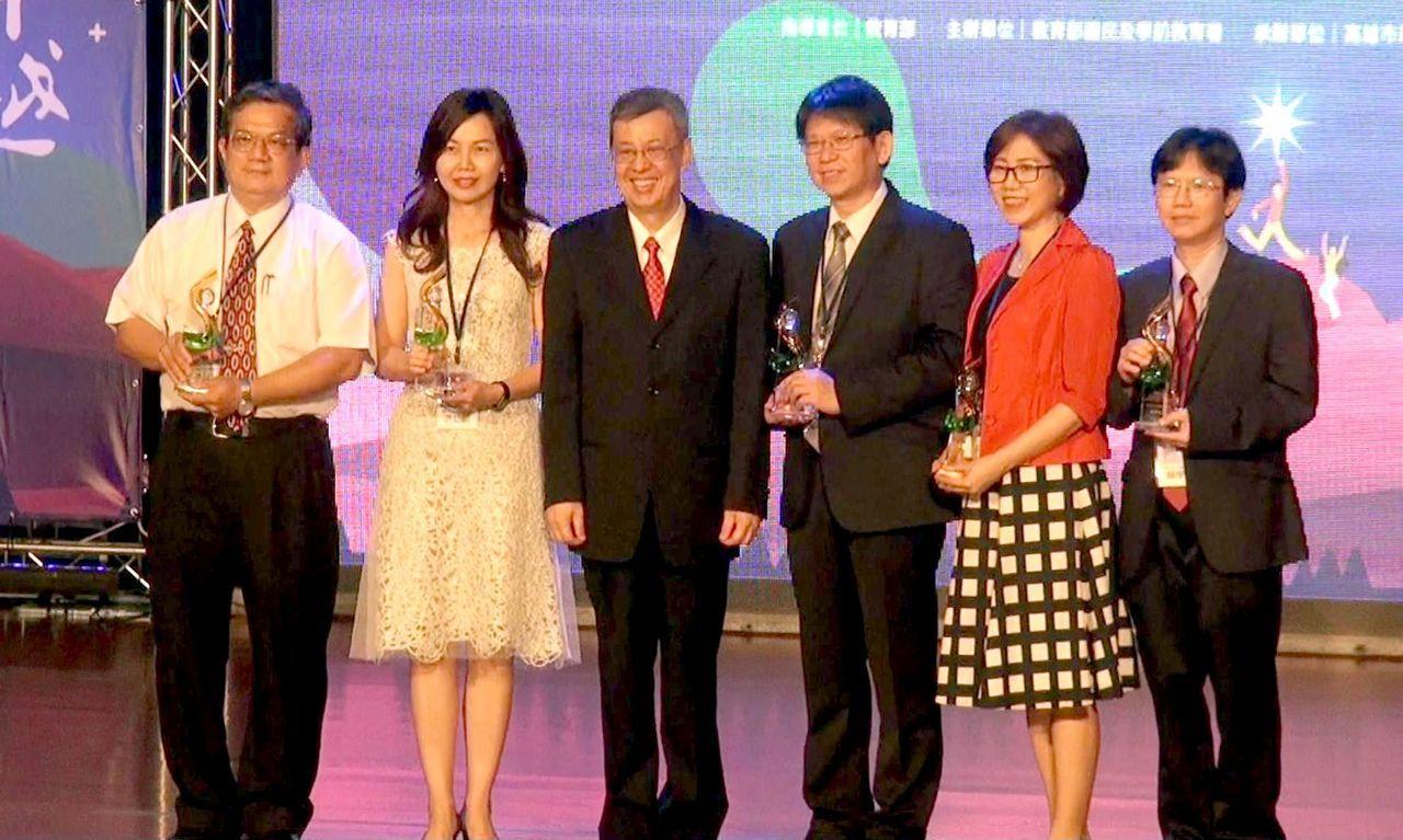 副總統陳建仁(中)出席頒獎。表彰獲得校長領導卓越獎的師長們。記者王昭月/攝影