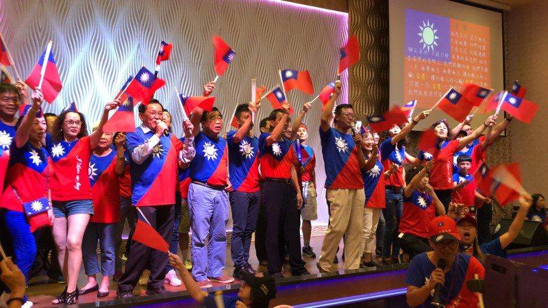 為了明天韓國瑜的屏東行,韓家軍今晚總動員凝聚士氣,出席者一律穿國旗裝,現場旗海飄揚。記者翁禎霞/翻攝