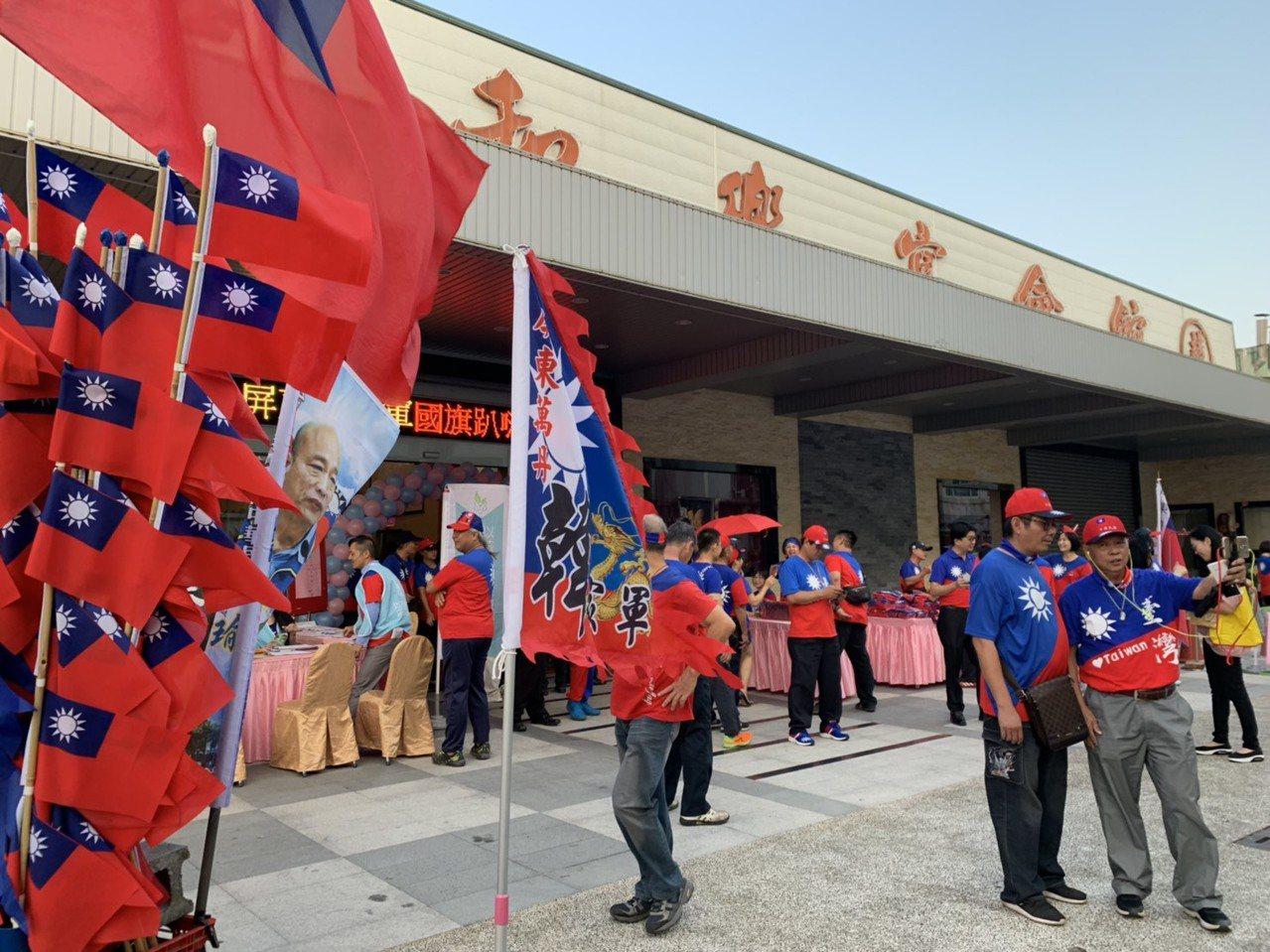 為了明天韓國瑜的屏東行,韓家軍今天傍晚起總動員凝聚士氣,出席者一律穿國旗裝,現場...