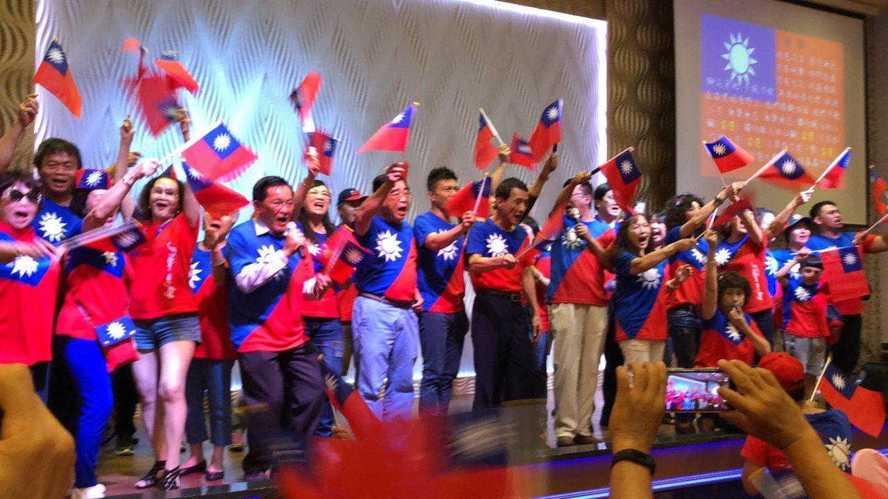 為了明天韓國瑜的屏東行,韓家軍今晚總動員凝聚士氣,出席者一律穿國旗裝,現場旗海飄...