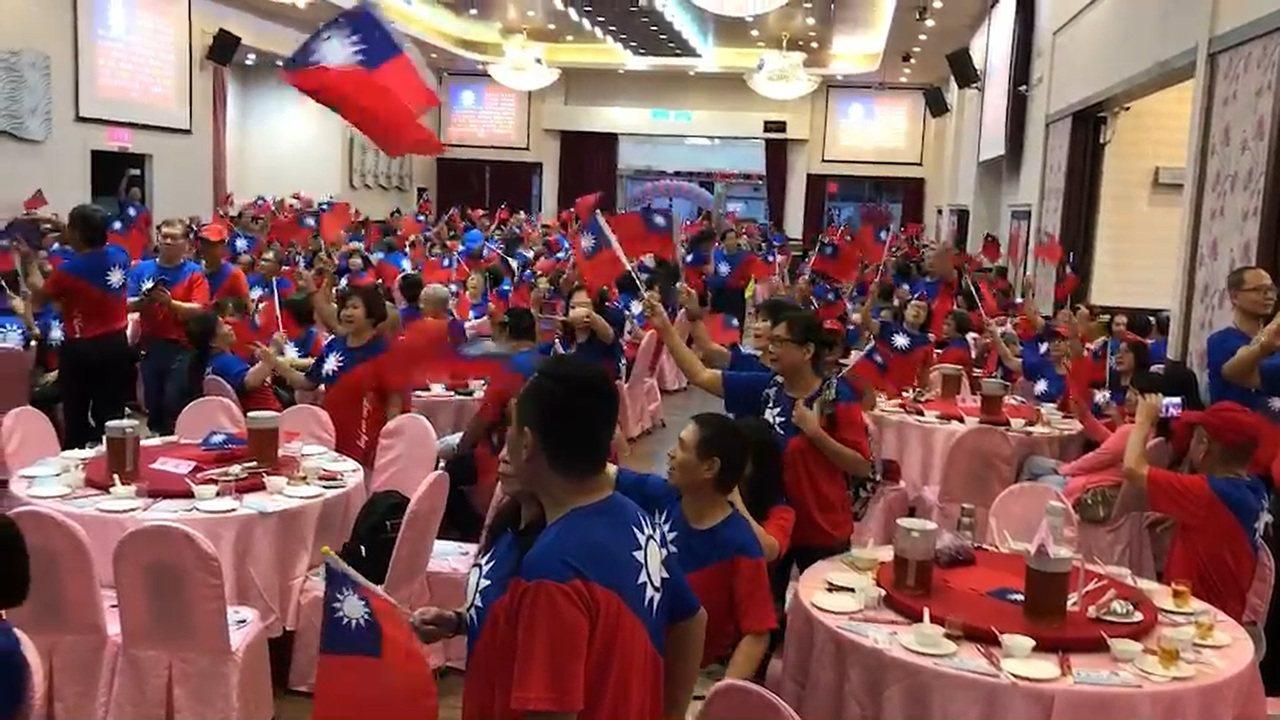 為了明天韓國瑜的屏東行,韓家軍今晚起總動員凝聚士氣,出席者一律穿國旗裝,現場旗海...