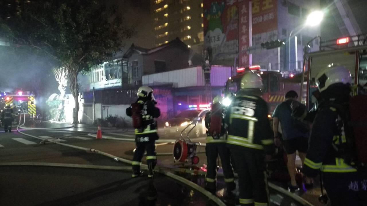 台中市西區五權一街與美村路口的兩棟民房,今晚發生火警,消防局出動百餘名警義消,前...