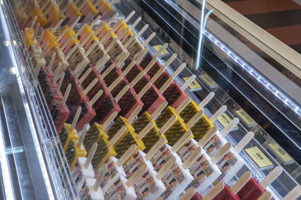 販售7種限定口味的冰棒,每支冰棒也有不同的色彩與FENDI LOGO或設計元素,...