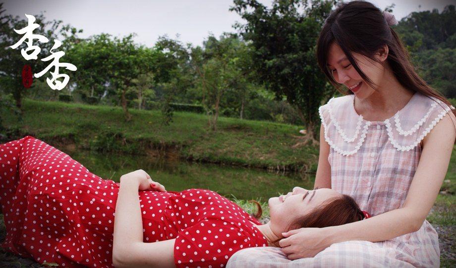 「杏香」戲中,陳思樺(右)、李易璇演出酒館裡女傭與酒女感情深厚故事。圖/華視提供
