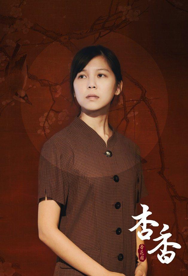 陳思樺演出「杏香」,私下找阿公阿嬤聊天練台語。圖/華視提供
