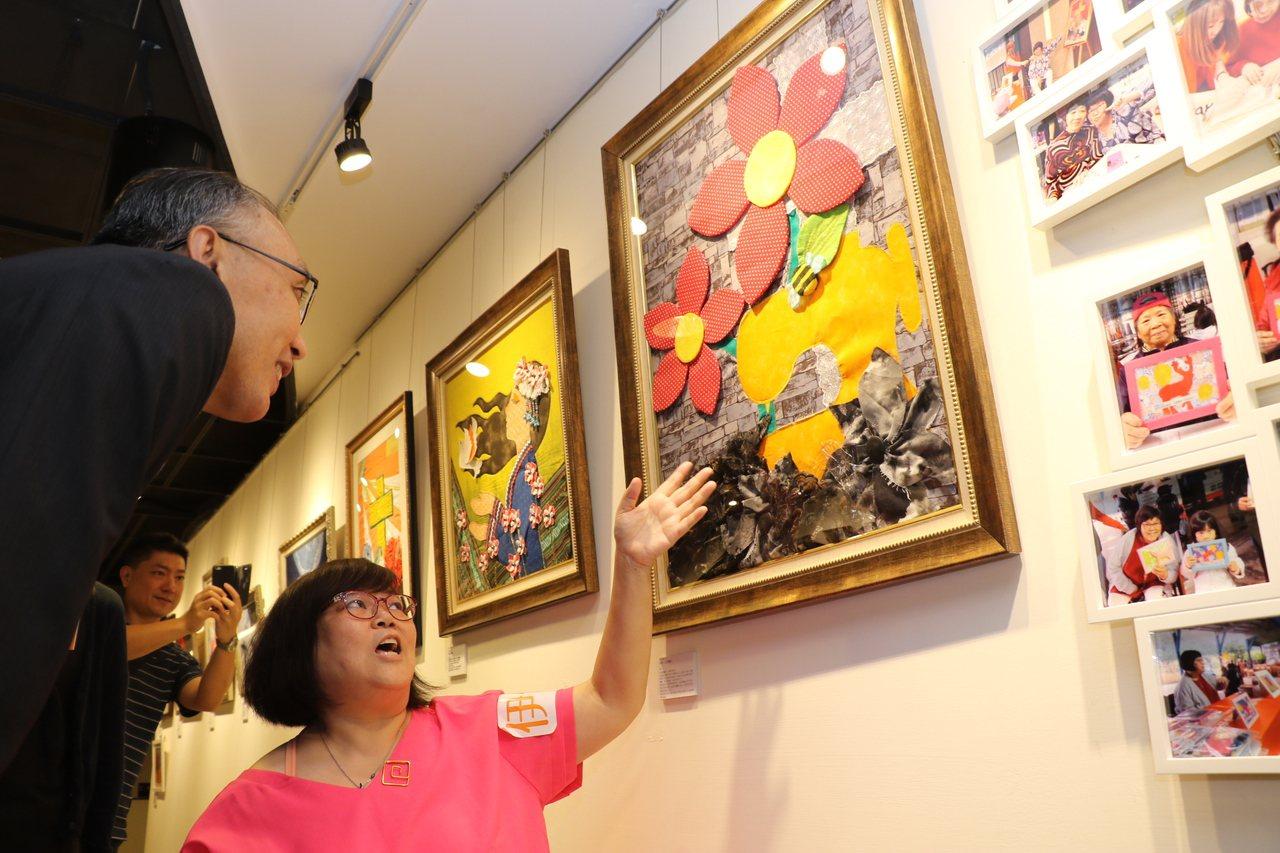 副市長謝政達(左)觀賞馨文的拼布畫。記者施鴻基/攝影