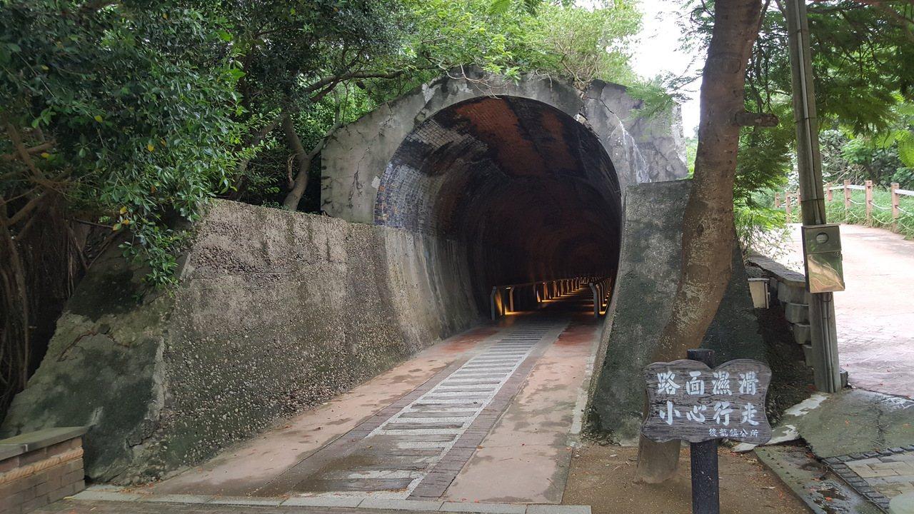 苗栗縣海線鐵路過港舊隧道是半天寮好望角地區的重要景點。記者胡蓬生/攝影