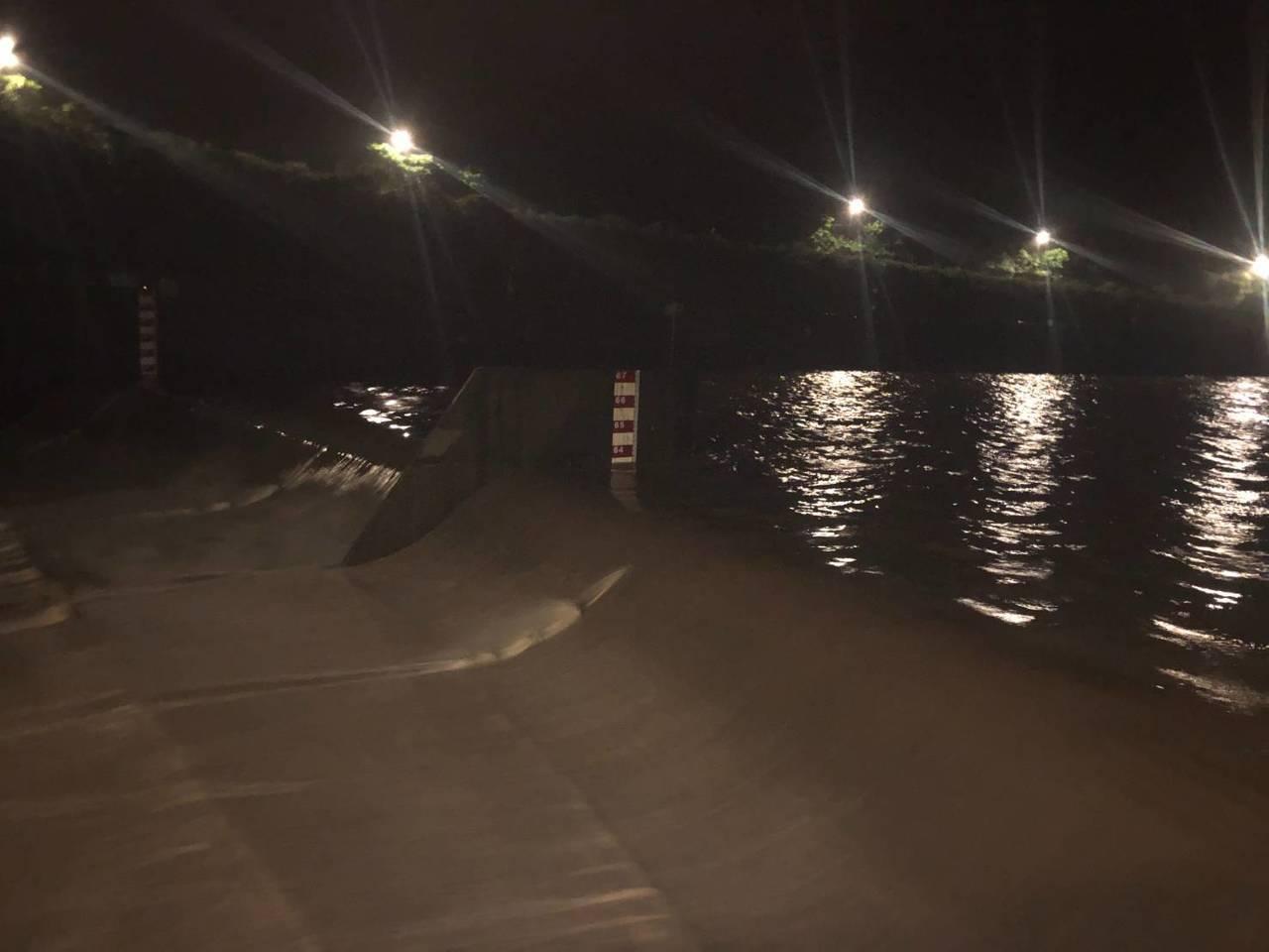 台灣北部及東北部持續降雨,基隆河水位上升,員山子今晚8時45分開始分洪,為今年第...
