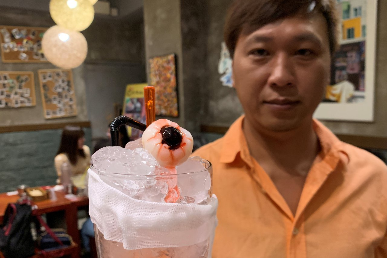 香港餐廳老闆馬先生由反送中抗議發想創意菜單,圖為以眼還眼無酒精雞尾酒。路透